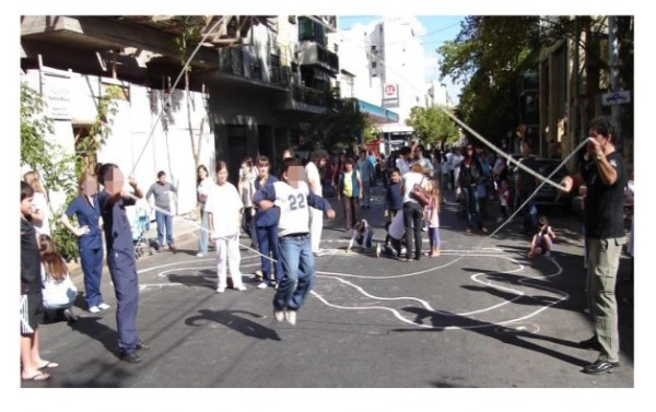 Figura 1: Cumbre de Juegos callejeros en la puerta de un Centro de Salud y Acción Comunitaria. Ciudad de Buenos Aires