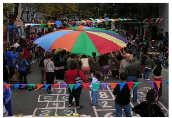 Figura 3: Evento callejero de arte, creatividad y juego en el espacio público, realizado por una red de instituciones en el centro de la ciudad de Buenos Aires